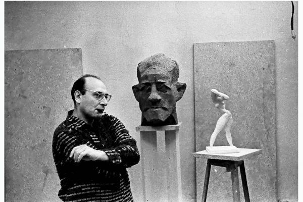 31-vladimir-tsimmerling-na-fone-portreta-khalldora-laksnessa-i-skulptury-arkhitektura-na-plazhe-1966-foto-roberta-papikyana66D507A9-7812-968D-0995-A0587BEBD3DB.jpg